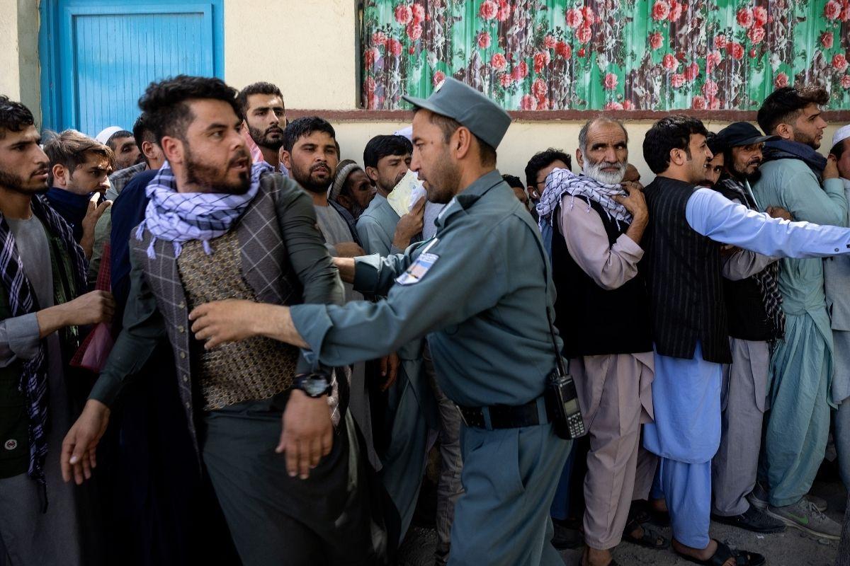 Caos e mortes marcam evacuação em aeroporto do Afeganistão