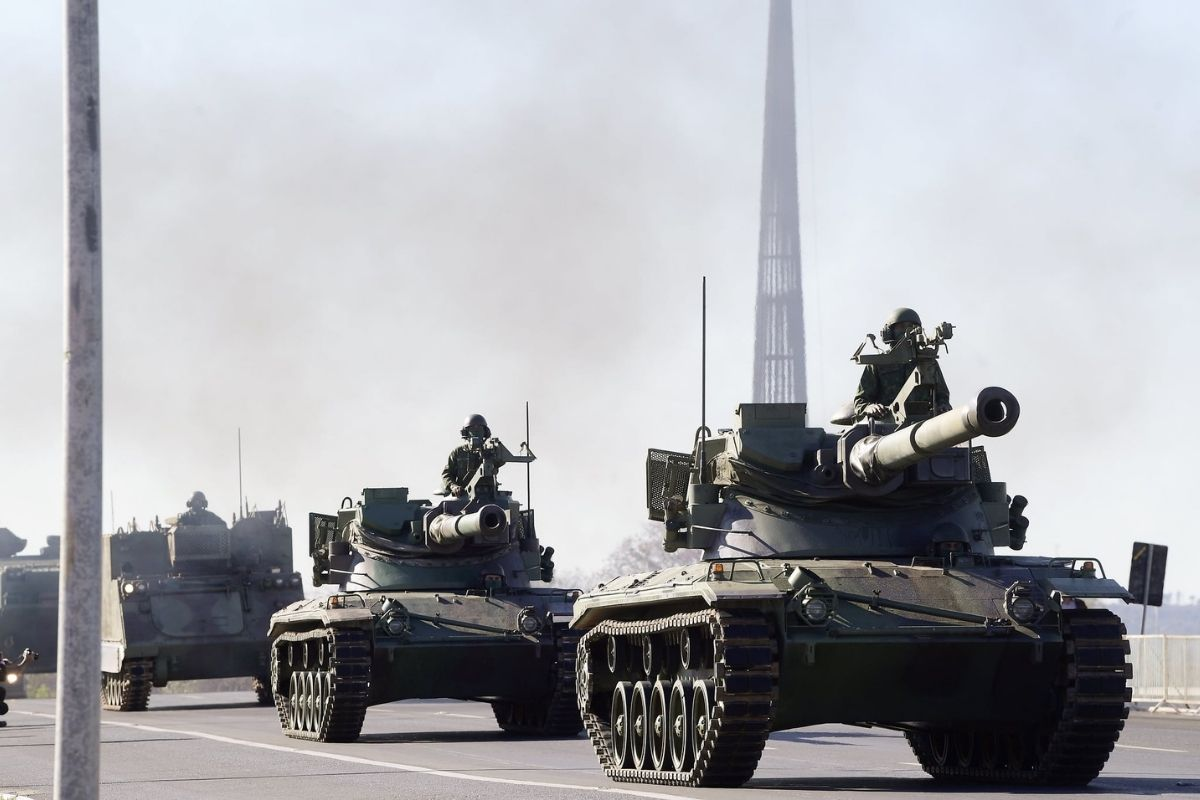 Desfile de blindados na frente do Planalto