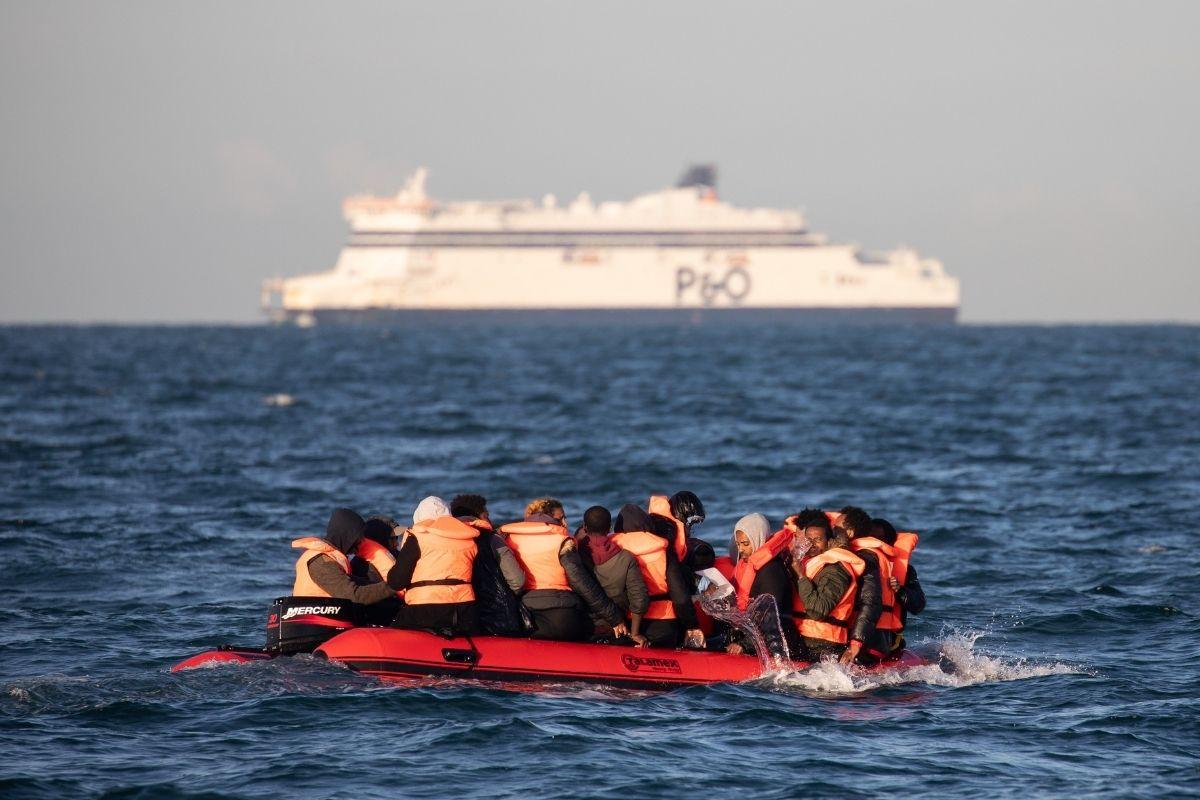 Mais de 800 migrantes são interceptados no Canal da Mancha em um dia