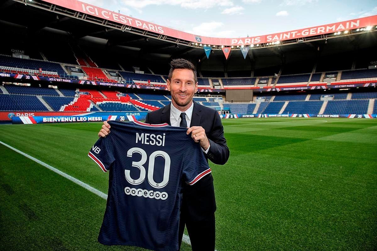 Messi está em Paris para assinar contrato com o PSG