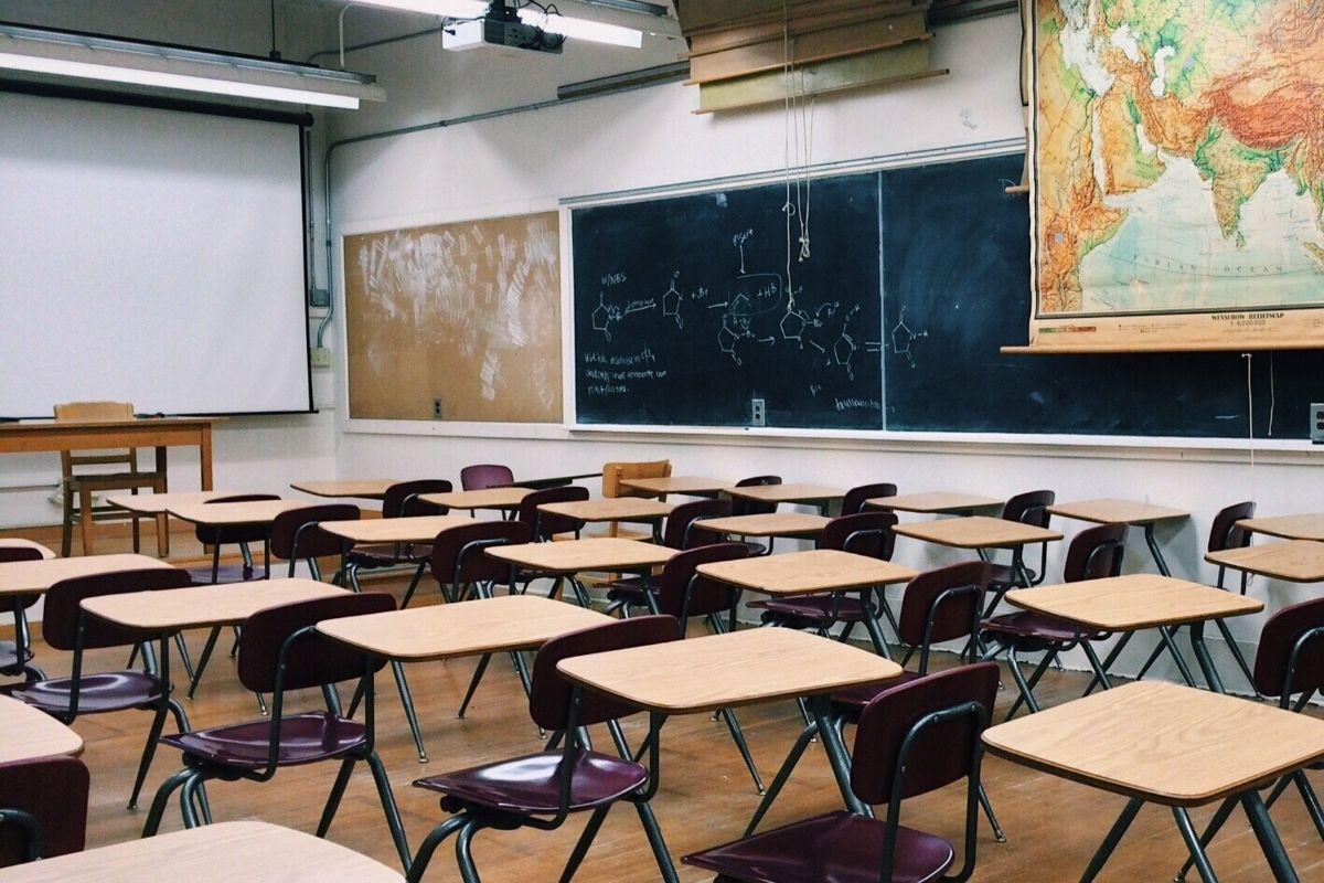 Professora discute sobre política com alunos e é afastada até que acabe o inquérito