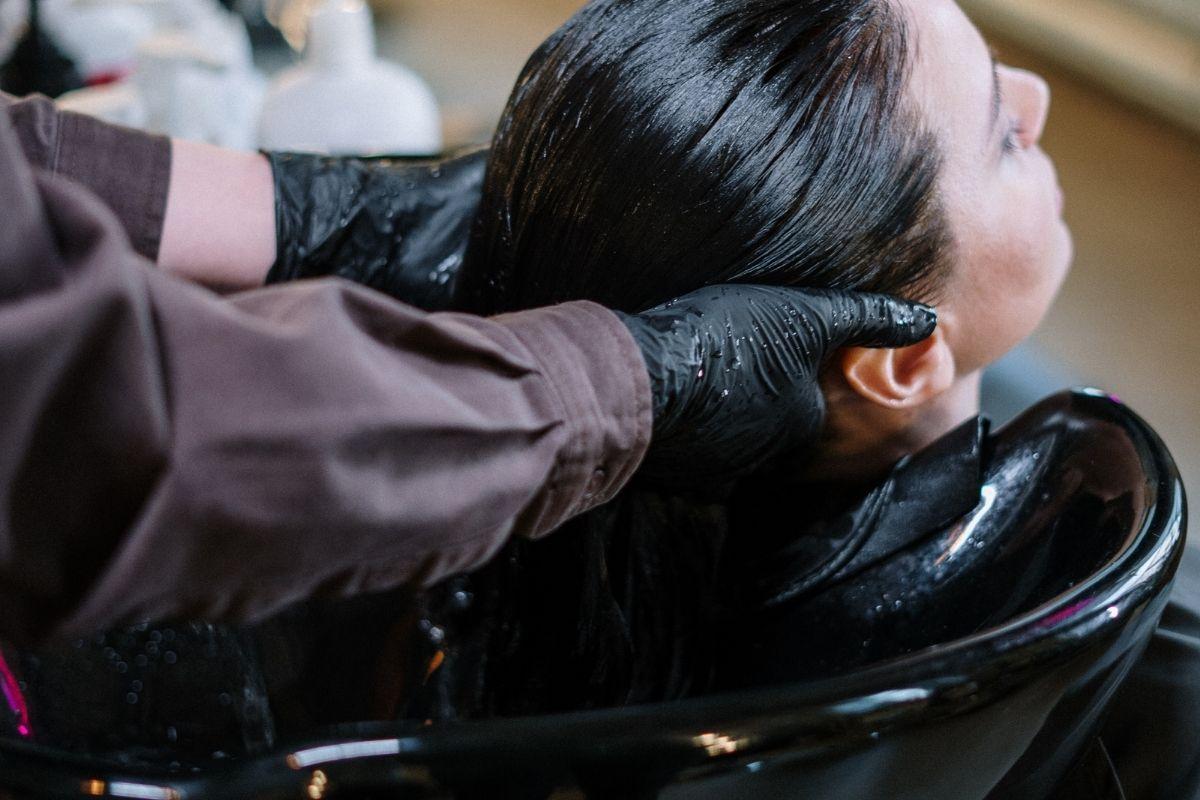Tire essa e mais 4 outras dúvidas sobre a lavagem dos cabelos