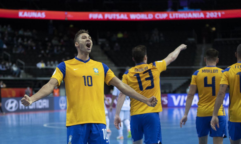 futsal:-brasil-leva-susto,-mas-bate-japao-e-vai-as-quartas-do-mundial