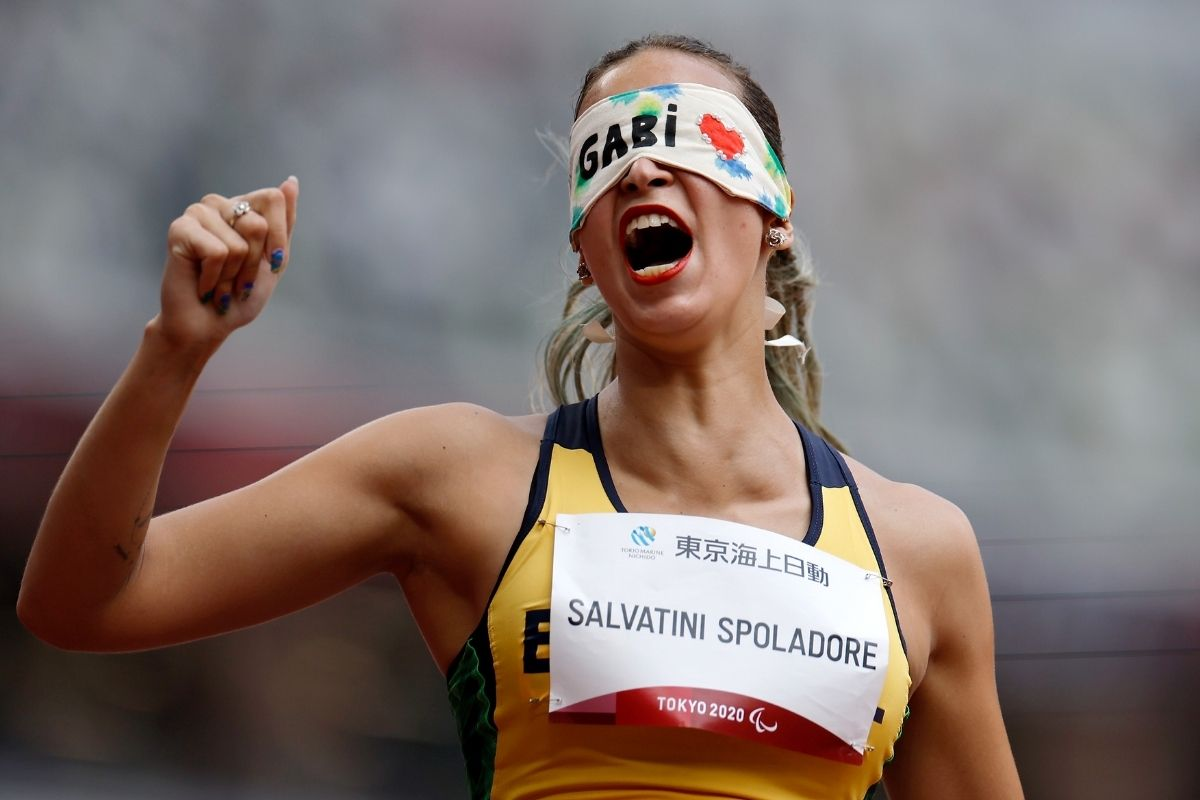 paralimpiada-tem-vestido-de-noiva-e-pedido-de-casamento-no-atletismo